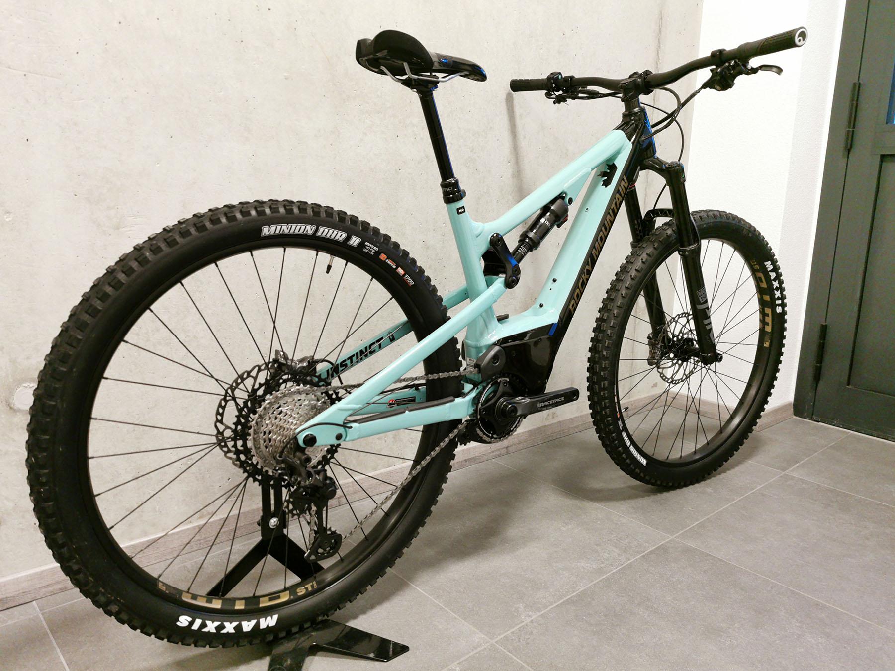 Vélo de location, e-bike tout suspendu, Rocky Mountain